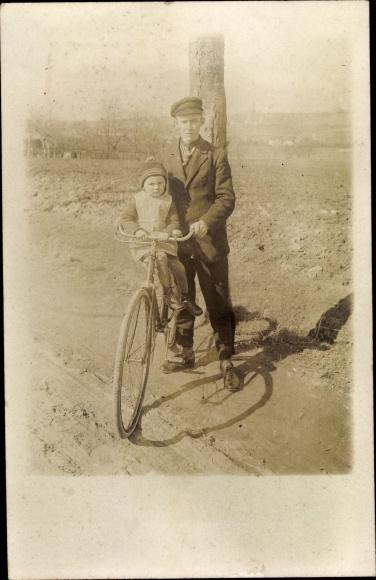 Foto Ak Mann und Kleinkind mit Fahrrad 0