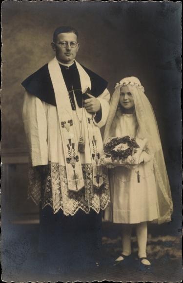 Foto Ak Mädchen in Konfirmationskleid, Priester 0