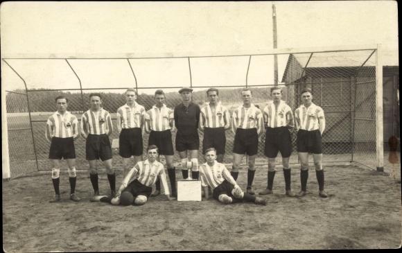 Foto Ak Fußballmannschaft vor dem Tor, Fußballplatz 0