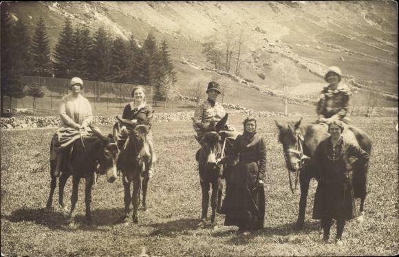 Foto Ak Frauen auf Pferd und Eseln 0