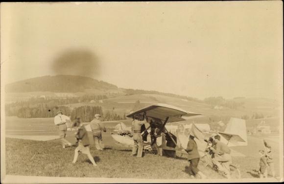 Foto Ak Kleinflugzeug auf einem Feld, Männer, Kinder 0