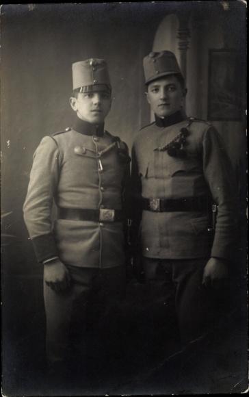 Foto Ak Zwei KuK Soldaten in Uniformen 0