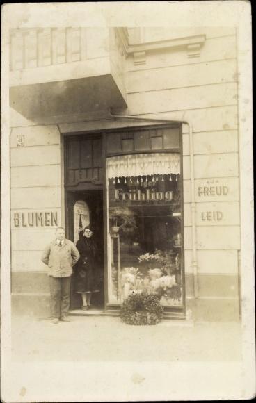 Foto Ak Mann und Frau vor einer Blumenhandlung, Ewiger Frühling für Freud und Leid 0