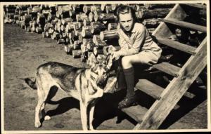 Foto Ak Mädchen mit Schäferhund