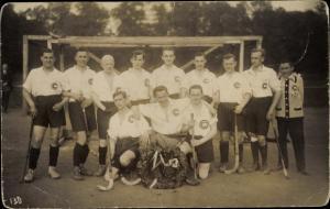 Foto Ak Hockeyspieler vor dem Tor, Siegeskranz