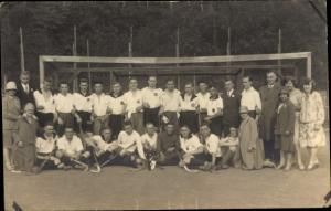 Foto Ak Hockeyspieler und Frauen vor einem Tor