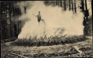 Ak Köhler mit Kohlenmeiler im Wald