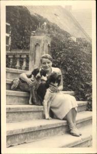 Foto Ak Frau mit zwei Hunden auf einer Treppe