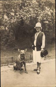 Foto Ak Frau mit Hut und Handtasche, Schäferhund