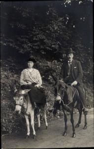 Foto Ak Frau auf einem Esel, Mann auf einem Pferd