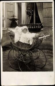 Foto Ak Baby in Kinderwagen
