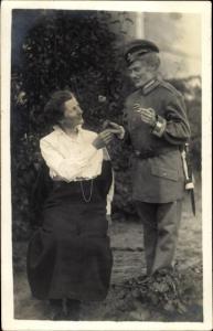 Foto Ak Soldat in Uniform, Frau