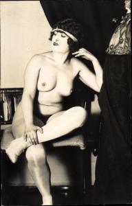 Foto Ak Frauenakt, nackte Frau mit Stirnband, Strümpfe, Busen