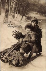 Ak Glückwunsch Neujahr, Kinder auf einem Schlitten