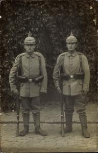 Foto Ak Zwei Soldaten in Uniformen, Bajonette, Pickelhaube