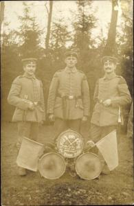 Foto Ak Drei Soldaten in Uniformen, Feldzug 1914, I. WK