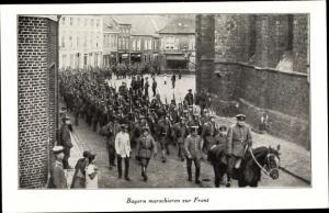 Ak Bayrische Soldaten marschieren zur Front