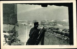 Ak Kilatas a fedezekbol, Ungarischer Soldat hinter einer Mauer