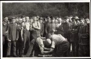 Ak Sportfest deutscher Soldaten hinter der Front, Ringkampf