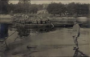 Künstler Ak Soldaten in Uniformen, Fähre