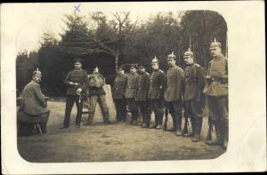 Foto Ak Soldaten in Uniformen, Pickelhauben, Schießstand