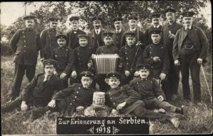 Foto Ak Erinnerung an Serbien 1918, Soldaten in Uniformen, Akkordeon