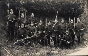 Foto Ak Deutsche Soldaten, Gruppenbild, Im Felde