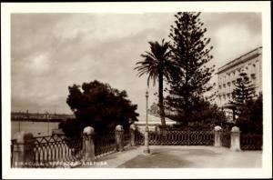 Ak Siracusa Sicilia, Partie auf der Terrazza Aretusa, Blick zum Meer, Palme