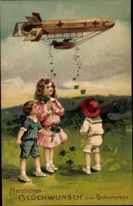 Präge Ak Glückwunsch Geburtstag, Zeppelin wirft Kleeblätter ab