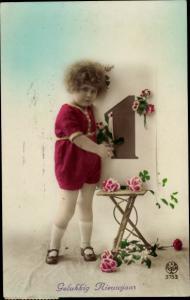 Ak Glückwunsch Neujahr, Gelukkig Nieuwjaar, Mädchen mit Blumen und Kalenderblatt