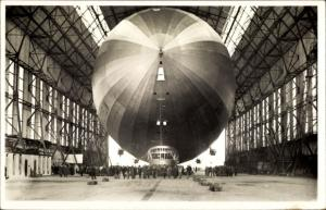 Ak Luftschiff LZ 127 Graf Zeppelin, Einbringen in die Luftschiffhalle, Zeppelinwerft