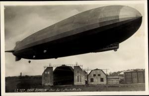 Ak Luftschiff LZ 127 Graf Zeppelin über der Luftschiffhalle, Zeppelinwerft