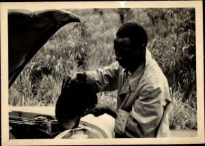 Foto Ak Kindia Guinea, Homme devant le capot ouvert, moteur de la Voiture