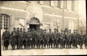 Foto Ak Französische Soldaten in Uniformen vor Kaserne