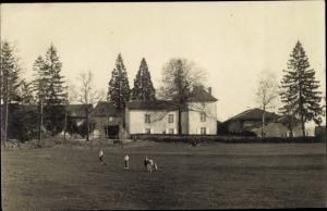 Foto Ak Rugby, Menschen auf einem Spielfeld, Wohngebäude