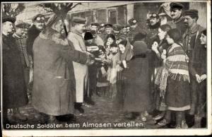 Ak Deutsche Soldaten beim Almosen verteilen, Kinder
