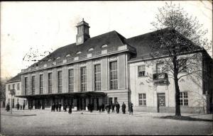 Ak Bydgoszcz Bromberg Westpreußen, Bahnhof von der Straßenseite, Passanten