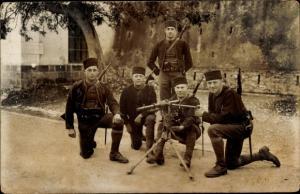 Foto Ak Französische Soldaten in Uniform am Maschinengewehr