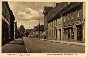 Ak Gransee im Kreis Oberhavel, Friedrich Wilhelm Straße mit Ruppiner Tor, Buchhandlung Adolf Hagn