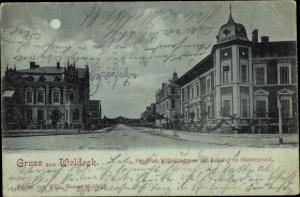 Mondschein Ak Woldegk in Mecklenburg Vorpommern, Friedrich Wilhelm Straße, Bahnhof im Hintergrund