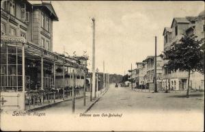Ak Ostseebad Sellin auf Rügen, Straße zum Ostbahnhof, Straßenpartie