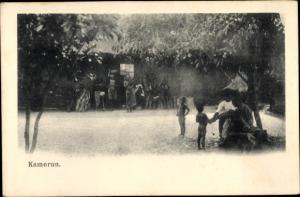 Ak Kamerun, Platz vor einem Haus, Kinder