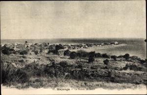 Ak Majunga Madagaskar, La Pointe de Sable, Fernblick zum Ort, Meer