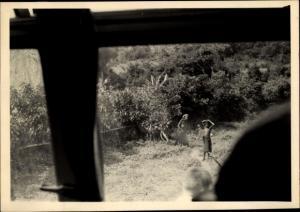 Foto Ak Kindia Guinea, Enfants sur le bord de la route, prise de vue du Car