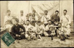 Foto Ak Französische Soldaten in Uniform, Soldatenleben, Mahlzeit