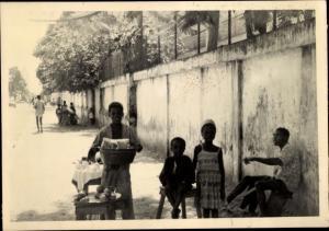 Foto Ak Kindia Guinea, Enfants vendent des Fruits au bord de la Route