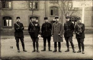 Foto Ak Französische Offiziere in Uniform vor Kaserne