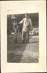 Foto Ak Französischer Soldat mit Besen