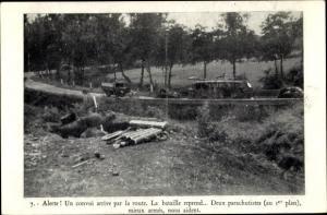 Ak Convoi arrive par la route, bataille reprend, parachutistes, französische Fallschirmjäger, II. WK