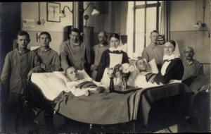 Foto Ak Gruppenbild verwundete Soldaten, Lazarett, Krankenschwestern